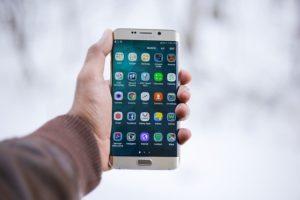 Sparen beim Handyvertrag Smartphone Apps Hand